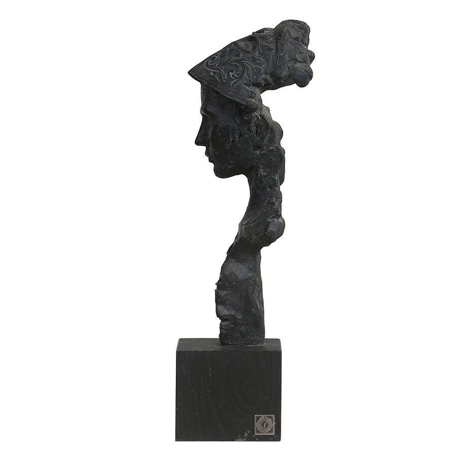 Statue guerrier sur socle