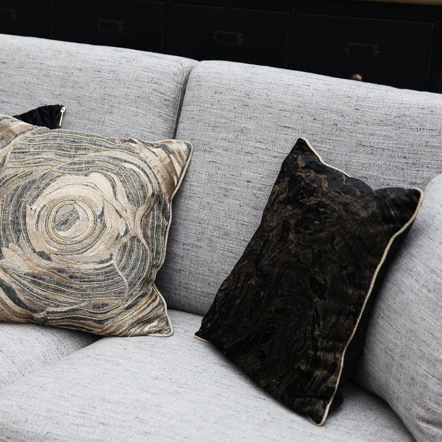Housse de coussin en lin brodé motif floral