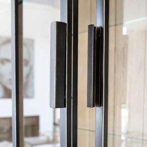 Buffet vitré en bois et métal - Demeure - Visuel n°8
