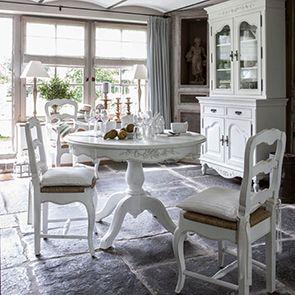 Chaise paillée en bois blanc vieilli - Romance - Visuel n°3