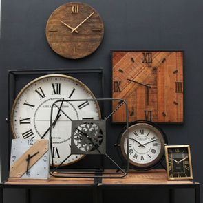 Horloge carrée en béton et bois