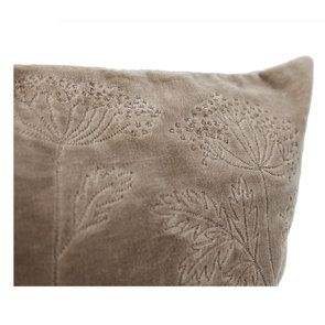 Housse de coussin effet velours motif floral beige - Visuel n°6
