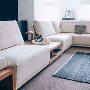 Module table et accoudoir en bois avec coussin pour canapé d'angle en tissu beige - Milano - Visuel n°1